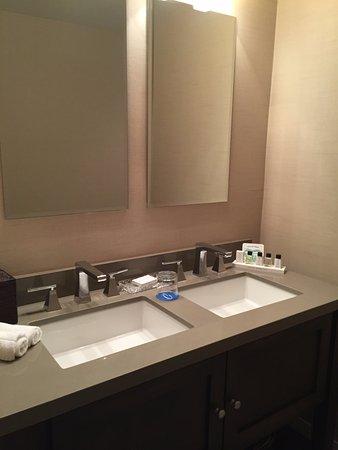 Cupertino Inn: Huge bathroom