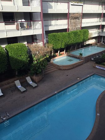 Cupertino Inn: Pool and courtyard