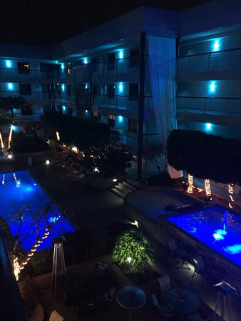 Cupertino Inn: Courtyard at night