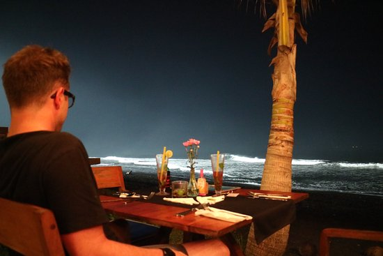 Keramas, Indonesia: Waves lit up for night surfing, best view in the beach club