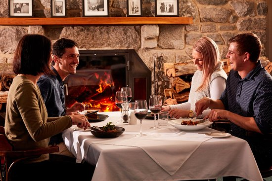 Perisher Valley, Australie : Dine in front of a roaring open fire to warm up after a day in the snow