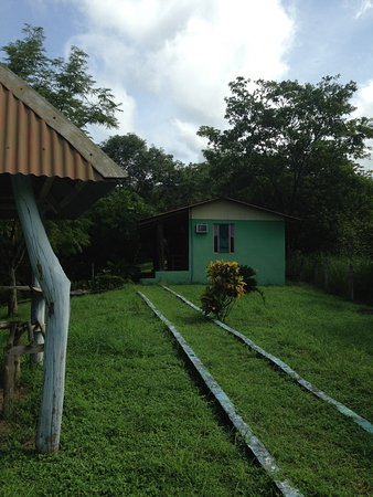 Nicoya, Costa Rica: View to cabins (mine had A/C) from the pool