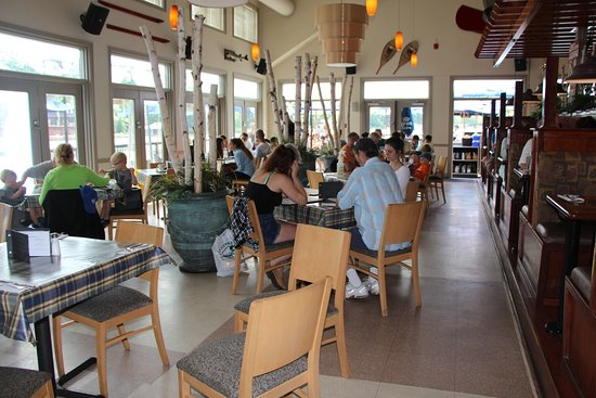 Port Carling, Canada: Booths & tables inside