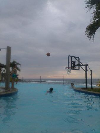 Kahuna Beach Resort and Spa: Kids enjoying the main pool area