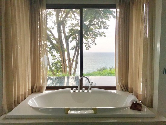 Paresa Resort Phuket: Bath overlooking our private pool with a view