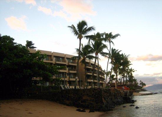 Paki Maui Resort: Hotel view from the beach
