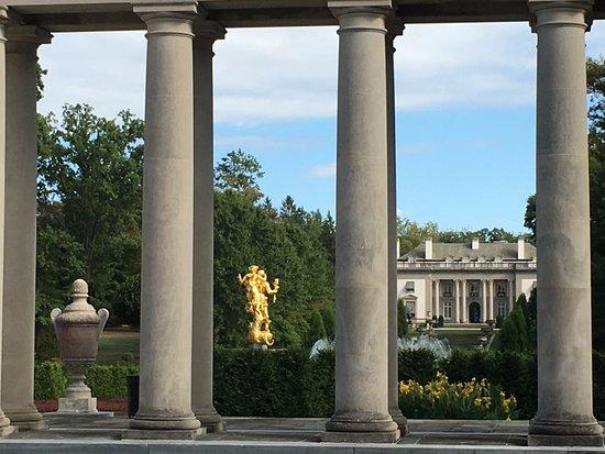 Wilmington, DE: Facing the mansion