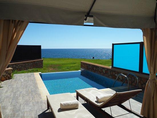 Al Mare Villas: Terrasse mit Sonnenliegen, Sesseln und Couch