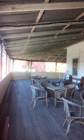 Nundle, Avustralya: Room opened up onto spacious verandah with views over the town.