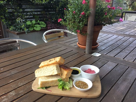 Benalla, Austrália: House made focaccia with beetroot dip, dukkha and local olive oil with balsamic