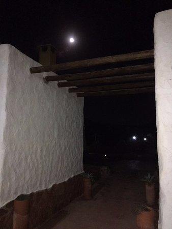 Los Albaricoques, Espagne : La luna llena sobre las pintorescas casas