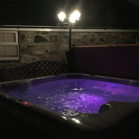 Llanbedrog, UK: Hot tub by night