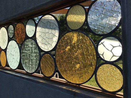 Matakana, Nowa Zelandia: love the art glass on display outside