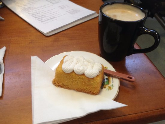 Bellerive, Австралия: Orange polenta cake (the fondant icing wasn't a hit) with beautiful coffee