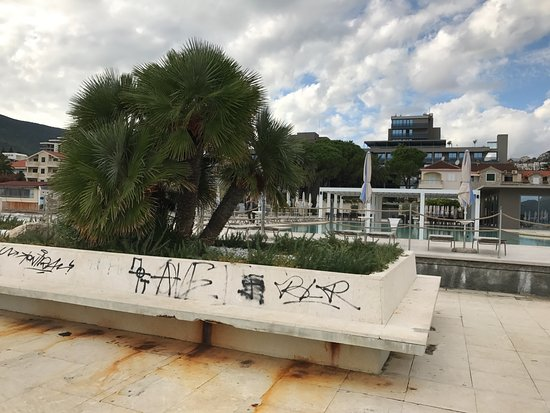 Igalo, Czarnogóra: Shame about that graffiti...