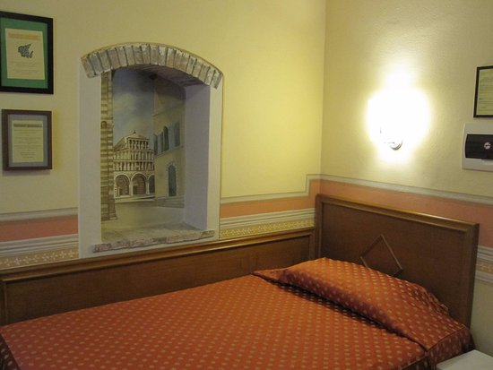 Albergo San Martino: A nice touch in the wall of the room.