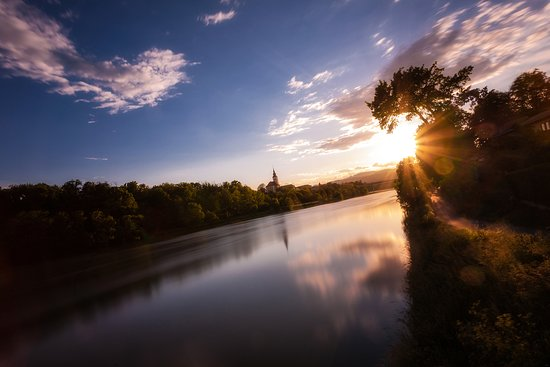 Maribor, Slowenien: A walk in a green belt of Drava River in the city centre
