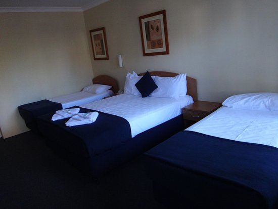 Bass Hill, Australia: EXECUTIVE TWIN ROOM (X1 QUEEN & X2 SINGLE BEDS)
