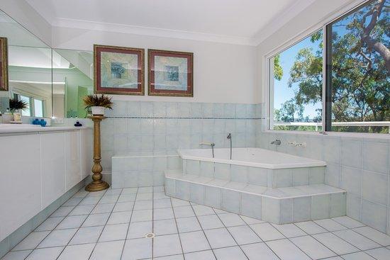 Hope Island, Australia: Honeymoon Suite Spa Room