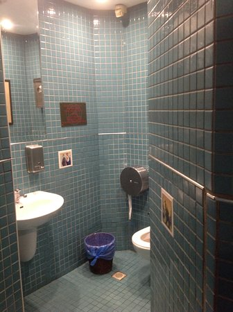 Cozy Bar and Pub: Very clean toilets, the first thing I do before I eat in a restuarant is to check their toilets