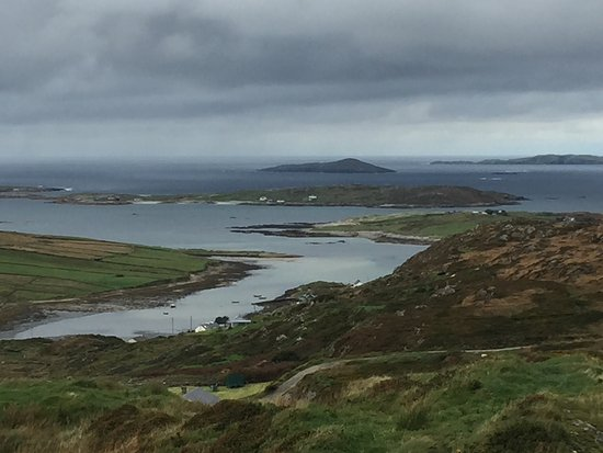 Clifden, Irland: view on the bay