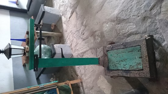 Ye, İspanya: Antigua bodega Zona de pinnic Ahora puedes sentarte en estas mesas y trasladarte en el tiempo