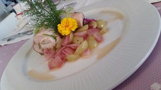 Falciano, San Marino: Ricciola al forno con acini d'uva e cipolla rossa