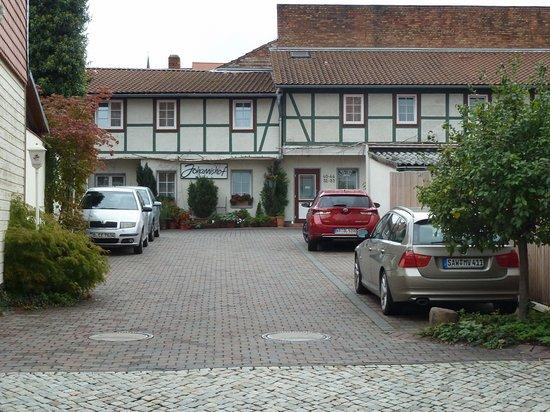 Hotel Garni Johannishof: Parkplatz und Zugang zum Hotelkomplex