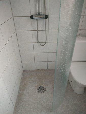 Hotel Hansson: Just look at the floor of the shower...