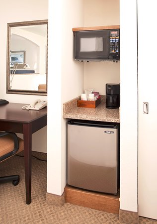 Ann Arbor Regent Hotel & Suites: Fridge, Microwave & Coffee Maker