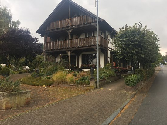 Bad Munder am Deister, Γερμανία: Tôi đến thăm ngôi nhà vào buổi trưa trời mưa, đầu tháng 10/2016 Hôm đấy, Hotel đang đóng cửa ng