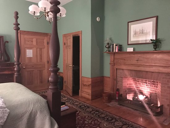 Smithfield Farm Bed and Breakfast: Working gas fireplace in Randolph room