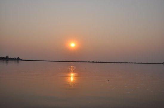 Sanctuary Chobe Chilwero: Was für ein Sonnenuntergang für den 'Sundowner' auf dem Chobe River