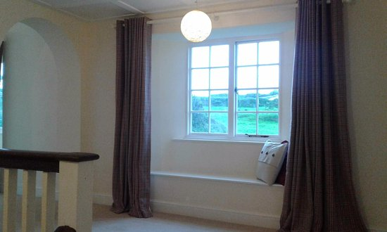 Kilkhampton, UK: Guest Gallery  with windowseats to take in the rolling countryside