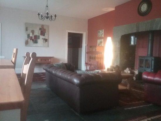 Kilkhampton, UK: Guest seating area with beautiful ornate fireplace