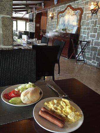 โรงแรมปูซาด้าเดโคโลเนบีช: Simple breakfast; freshly made hot dishes brought to your table.