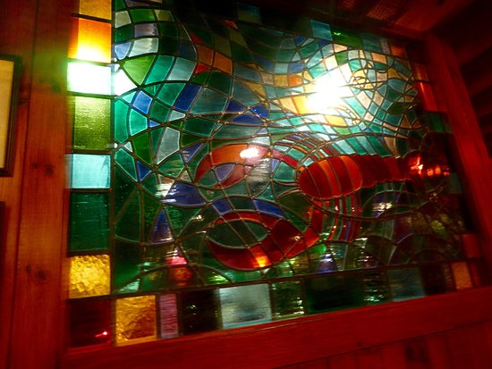 Twnti Seafood Restaurant: Stained glass partition
