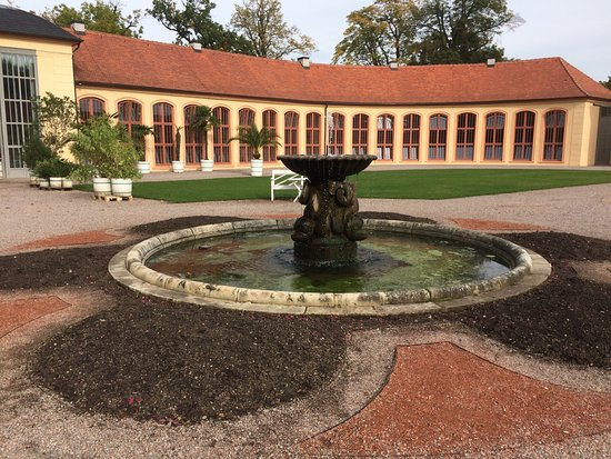 Chateau of Belvedere (Schloss Belvedere) : The fountain, with the Orangery in the background