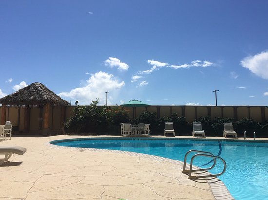 The Dunes Condominiums: wonderful pool and hot tub!