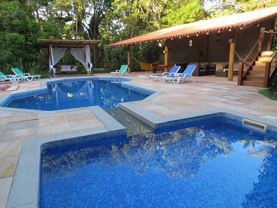 Trancoso Pousada: area da piscina com pergolados, com salas e mesa de sinuca