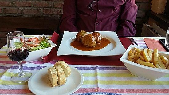 Wiltz, Luxemburgo: Boulette sauce curry, frittes et salade