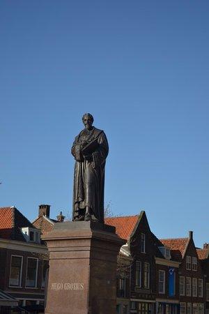 フーゴー・グロティウス像と新教...