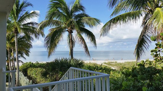 Waterside Inn on the Beach : Pineapple building - open the room door and this is the view!