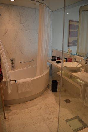 Er zit een aparte geluidsspeaker van de televisie in de badkamer ...