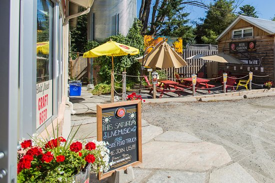 Baysville, Canadá: Our outdoor patio welcomes musicians ever Summer Saturday!