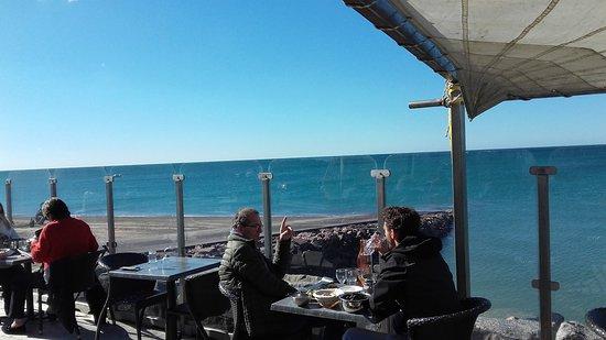 Blainville-sur-Mer, Francia: Le Grand Herbet Déjeuner au soleil , les pieds dans l'eau le 6/10/2016