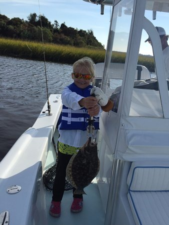 Little River, Carolina del Sur: Abby with a 2+ lb. flounder - caught within 15 minutes on the water.