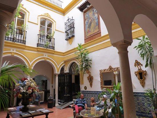 Hotel Abanico Sevilla: Espace détente devant la réception