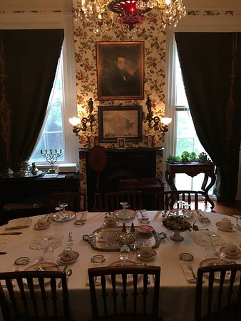 Stone House Musical B&B: Beautiful dining room with antique china. Breakfast was delicious!