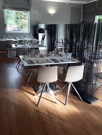 Mont-Saint-Aignan, France : Salle principale du restaurant